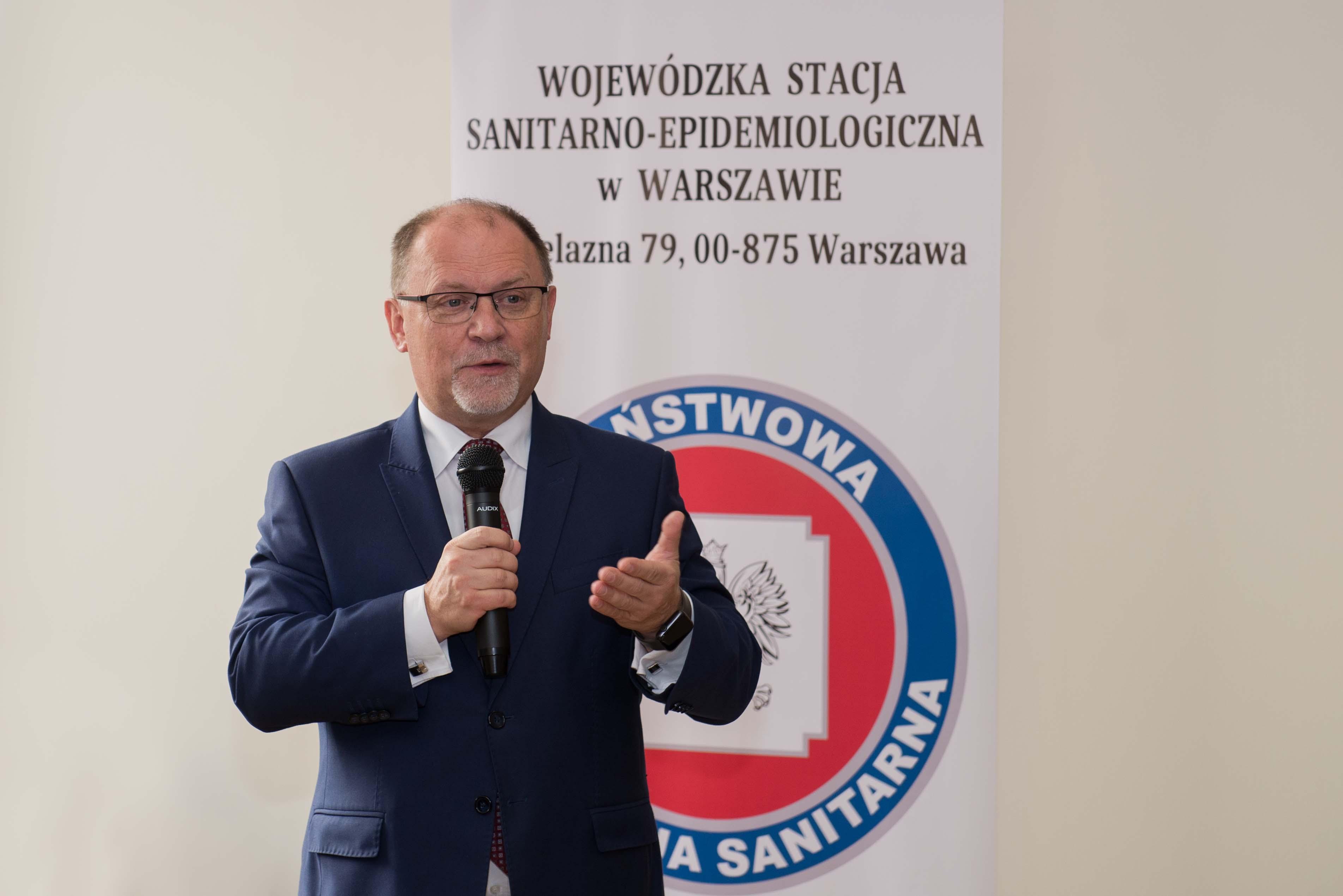 Konferencja jubileuszowa z okazji 100-lecia odzyskania niepodległości i 99-lecia służb sanitarnych w Polsce. Wojewoda Mazowiecki Zdzisław Sipiera zabiera glos.